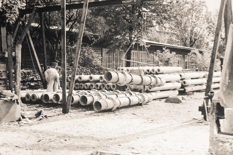 altes Schwarz-Weiss Foto der Schalungen für Schleuderbetonmastfüsse