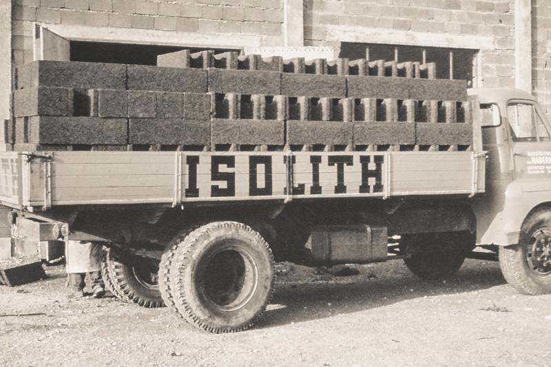 Foto: alter LKW mit Betonsteinen