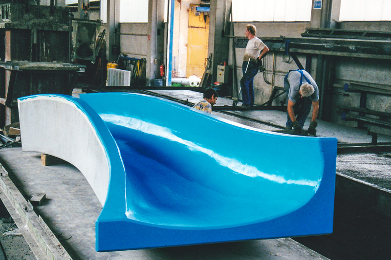 Foto einer blauen Wasserrutsche als Betonfertigteil