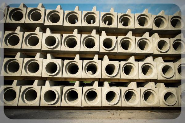 Foto von übereinander gestapelten Schlitzrinnen aus Beton