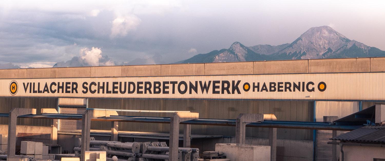 Foto der Produktionshalle mit der Aufschrift Villacher Schleuderbetonwerk Habernig