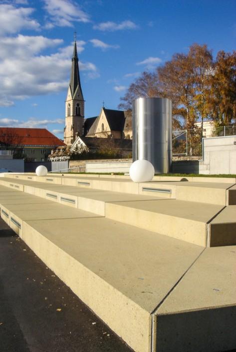 Foto von Tribünenstufen in Villach mit der Stadtpfarrkirche im Hintergrund