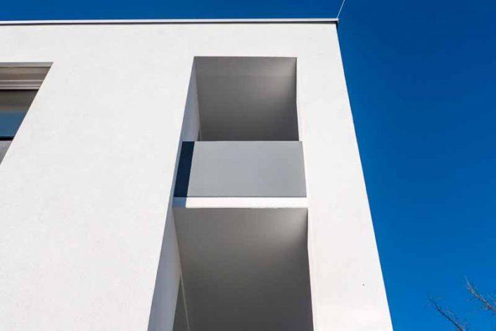 Balkonplatte und graue Brüstungsplatte