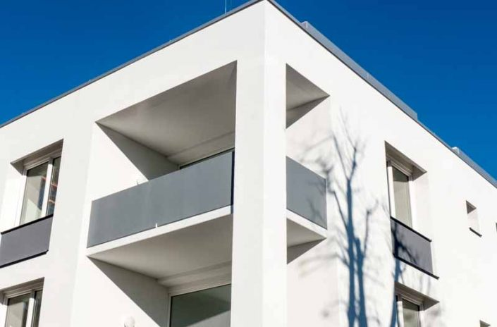 Balkonplatten und graue Brüstungsplatten