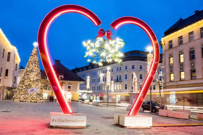 großes beleuchtetes Adventherz am Villacher Hans Gasser Platz